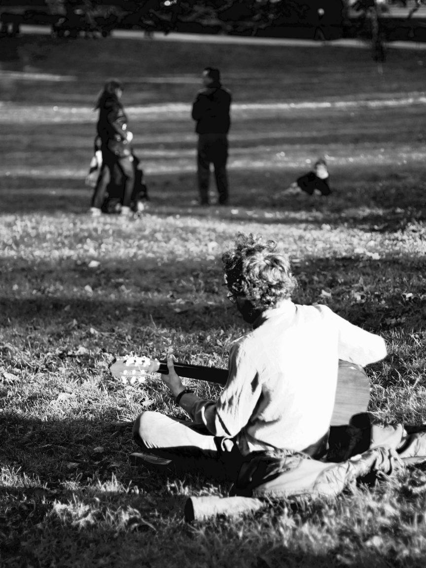 Guitariste sur une pelouse du parc Montsouris à Paris
