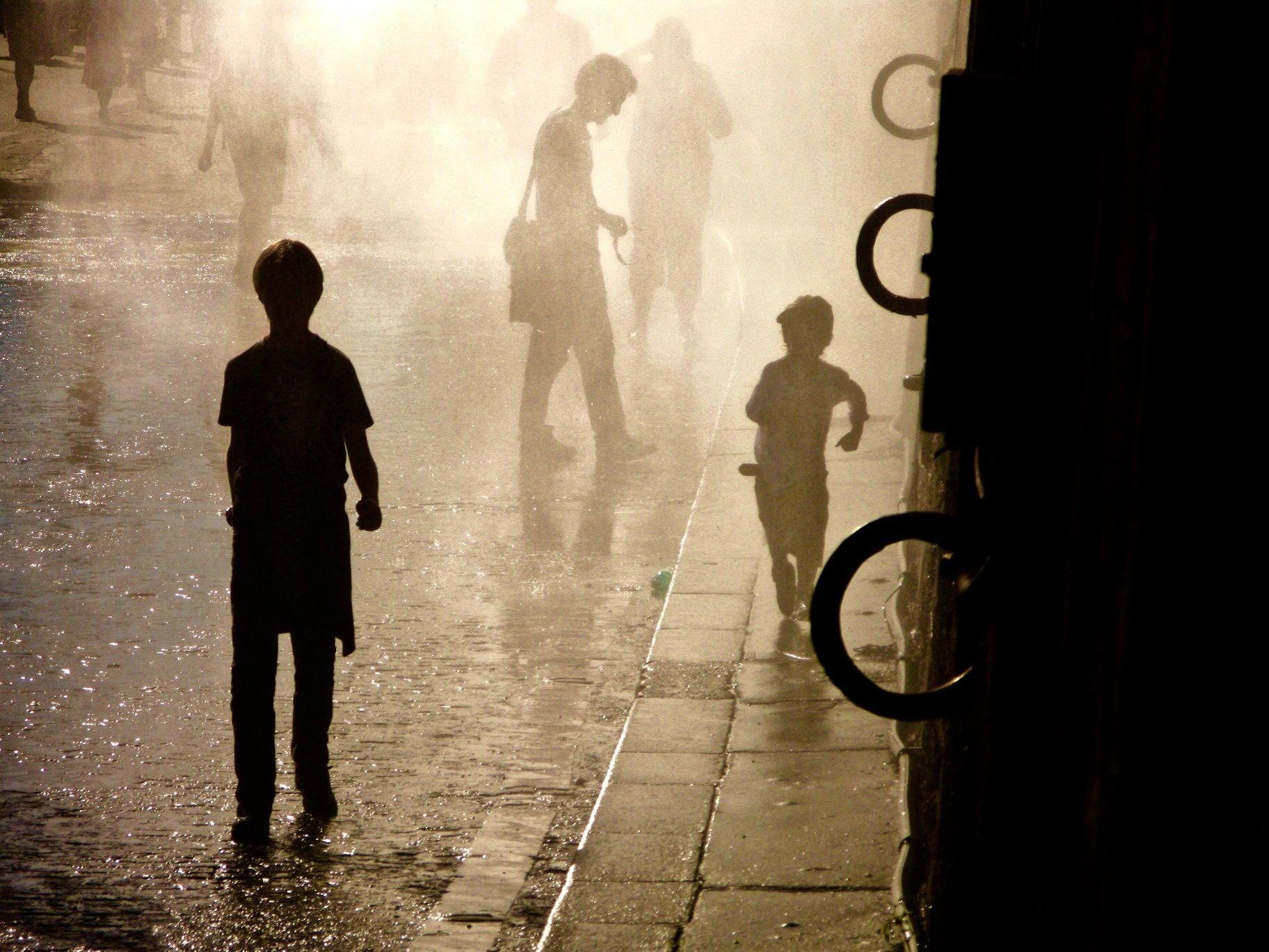 Contre-jour à Paris Plage sous les diffuseurs d'eau
