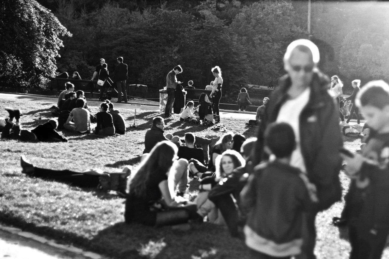 Foule sur une pelouse du parc Montsouris à Paris