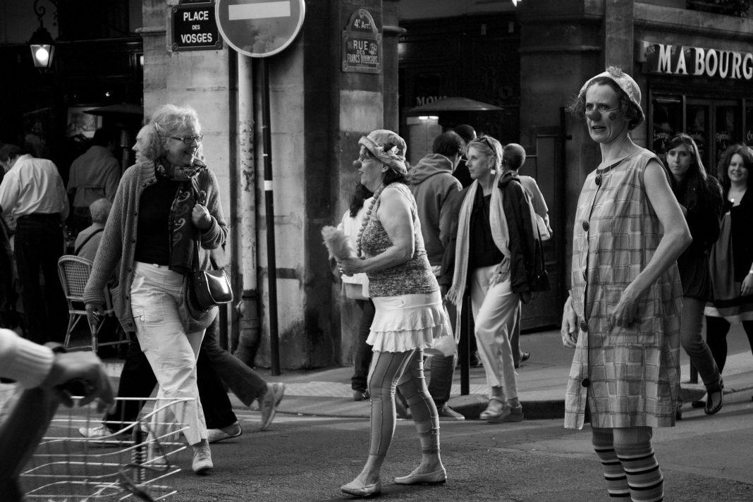 Femmes clowns Place des Vosges à Paris, au milieu des passants