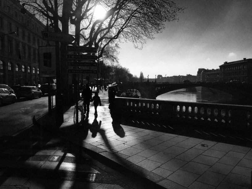 Ombres de deux silhouettes marchant sur le Pont au Change à Paris