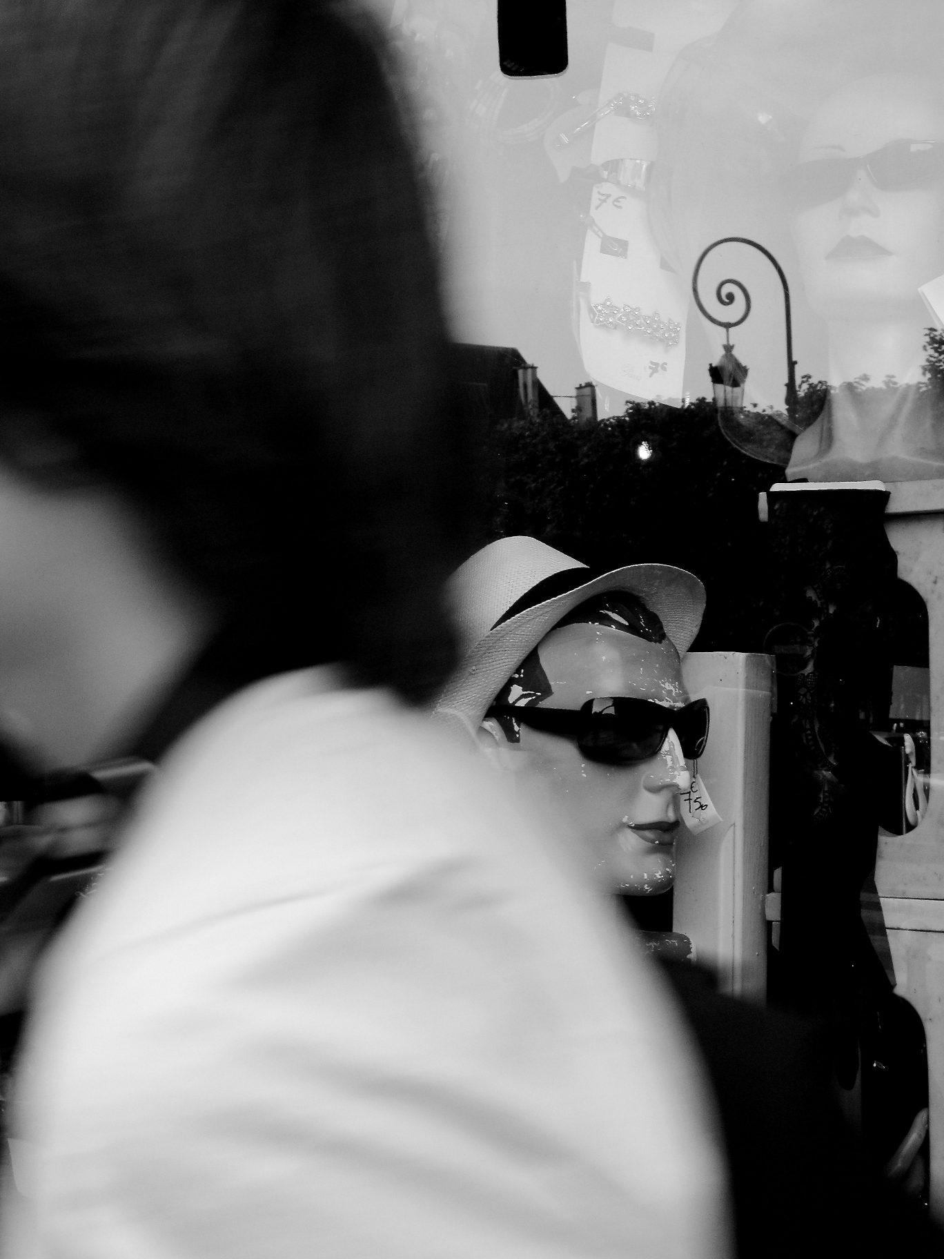 Reflets et tête de mannequin dans une vitrine du Marais à Paris