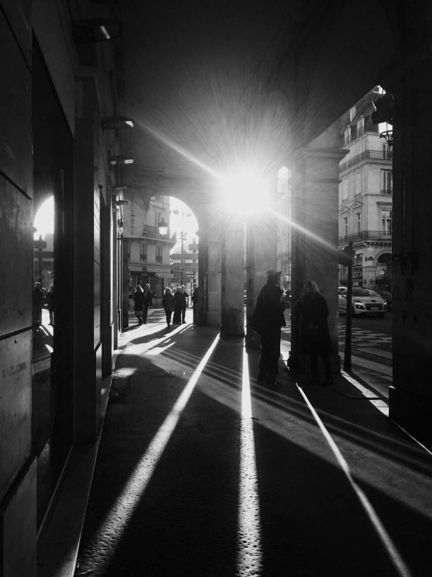 Contre-jour et jeu d'ombres sous les arcades de la rue de Rivoli à Paris