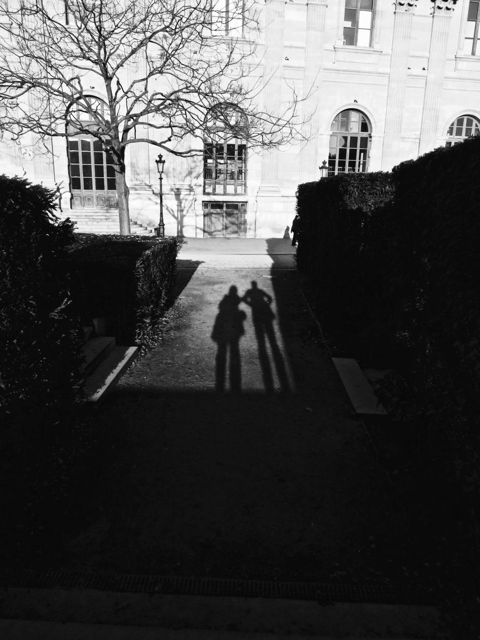 Ombres de deux silhouettes dans le jardin des Tuileries à Paris