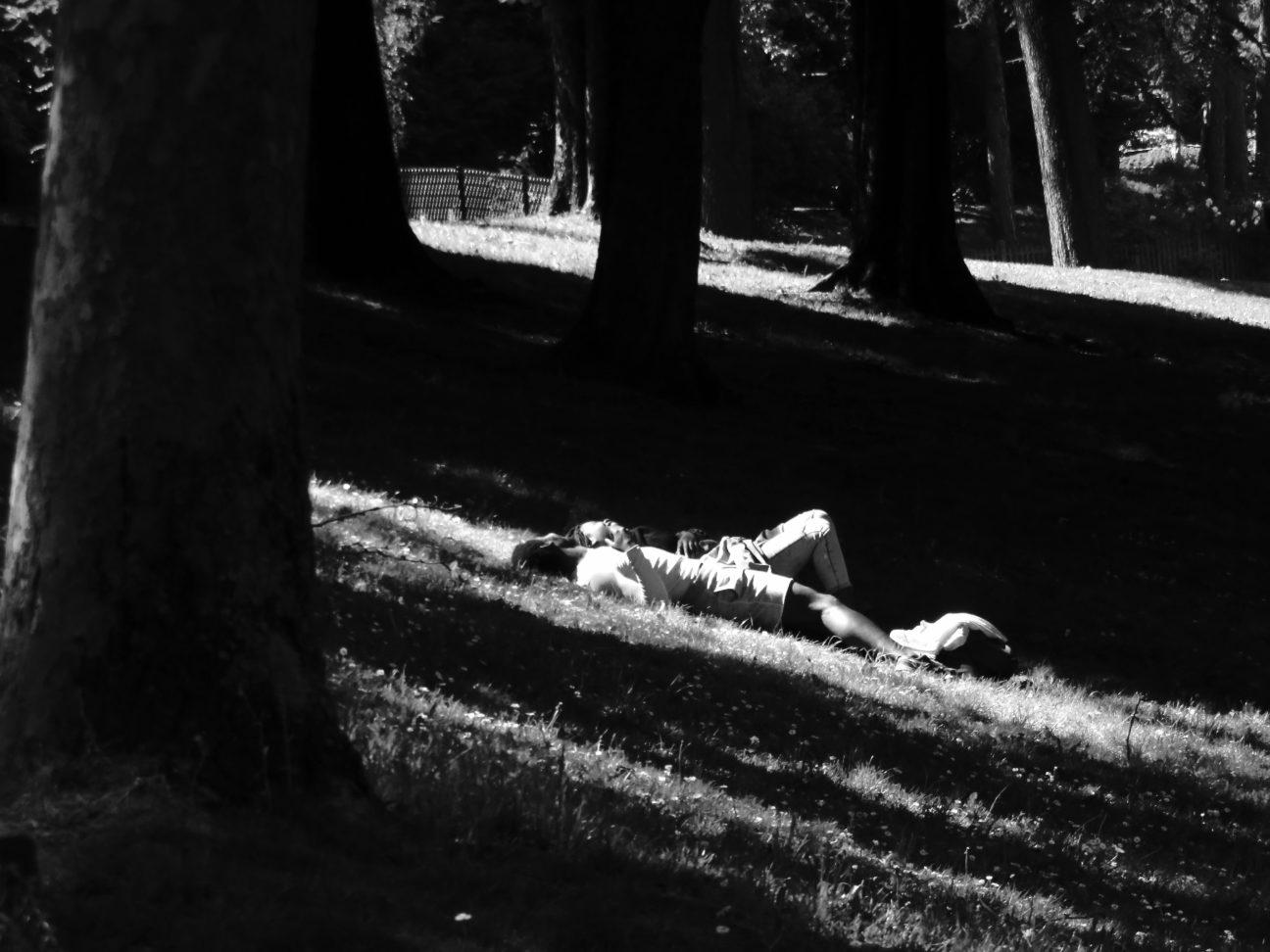 Photo en noir et blanc prise en mai 2017 au Parc Montsouris, à Paris, représentant un couple étendu