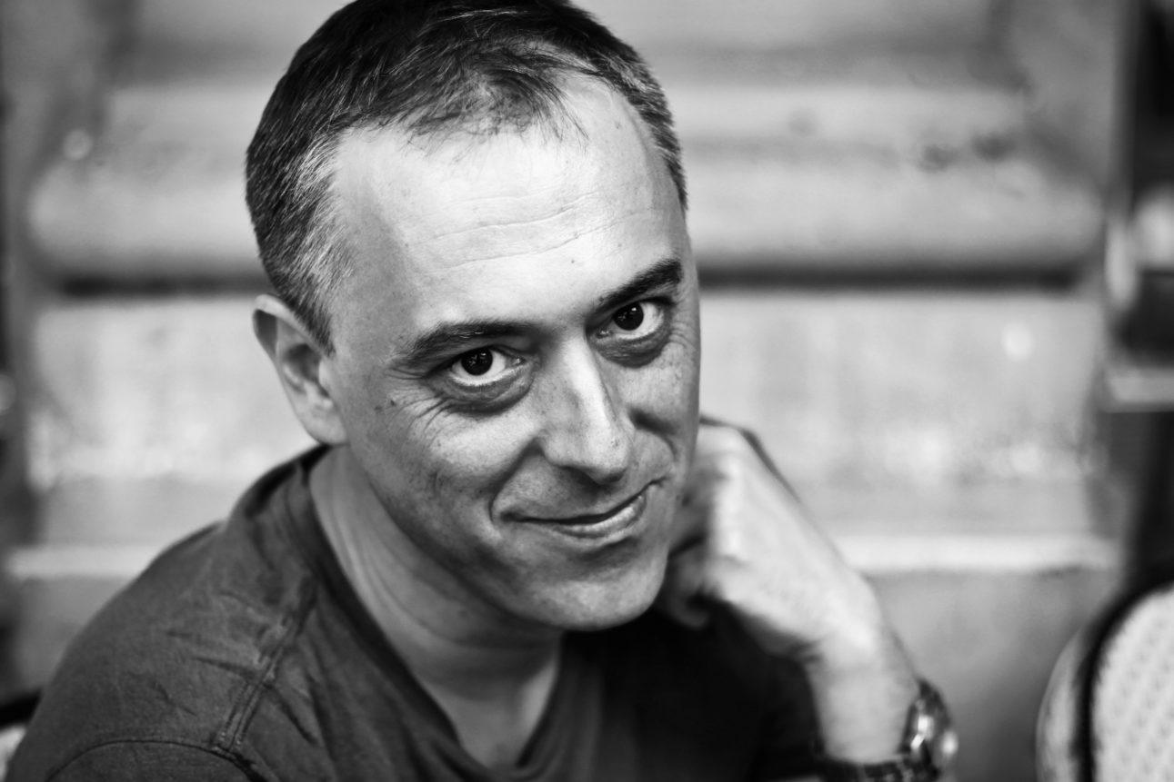 Photo en noir et blanc du réalisateur monteur Cyril Leuthy, prise en juillet 2017