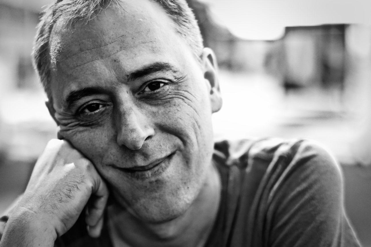 Portrait en noir et blanc du réalisateur, monteur Cyril Leuthy, prise à Paris en juillet 2017