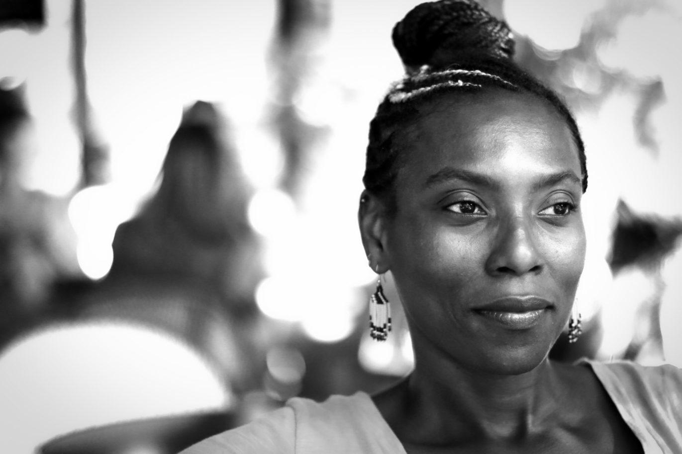 Portrait en noir et blanc de la comédienne Mata Gabin