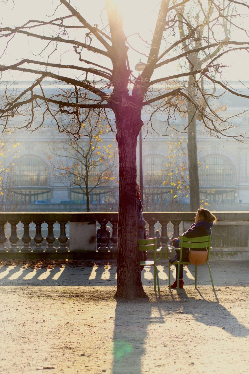 Photo en couleurs d'un couple sous un arbre au Jardin des Tuileries, à l'automne 2016